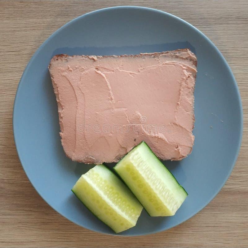 Ketogenic posiłek, proteinowy chleb z wątrobową kiełbasą i ogórki, Keto jedzenie dla ciężar straty Zdrowej diety śniadanie, gość  zdjęcie stock