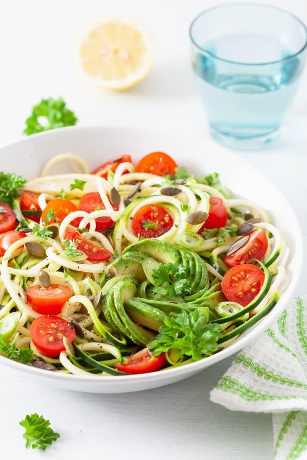 Ketogenic spiralized zucchinisallad för strikt vegetarian med frö för avokadotomatpumpa arkivfoto