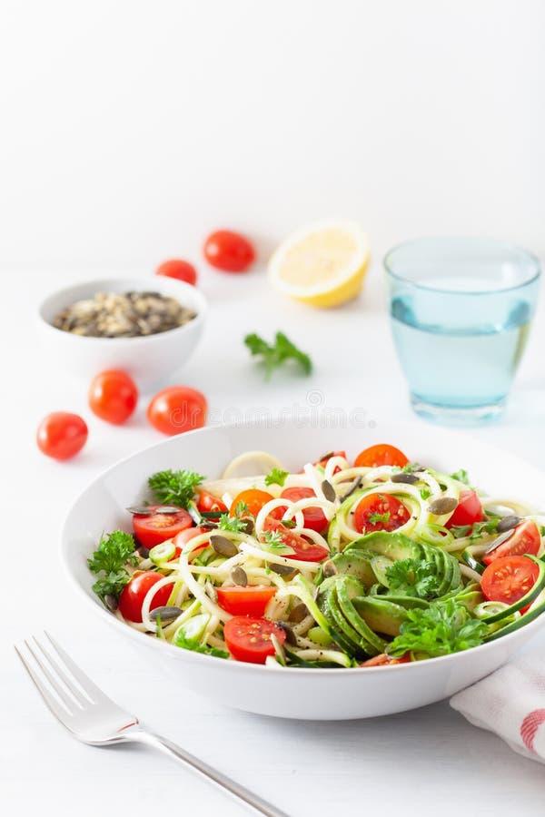 Ketogenic spiralized zucchinisallad för strikt vegetarian med frö för avokadotomatpumpa royaltyfria foton