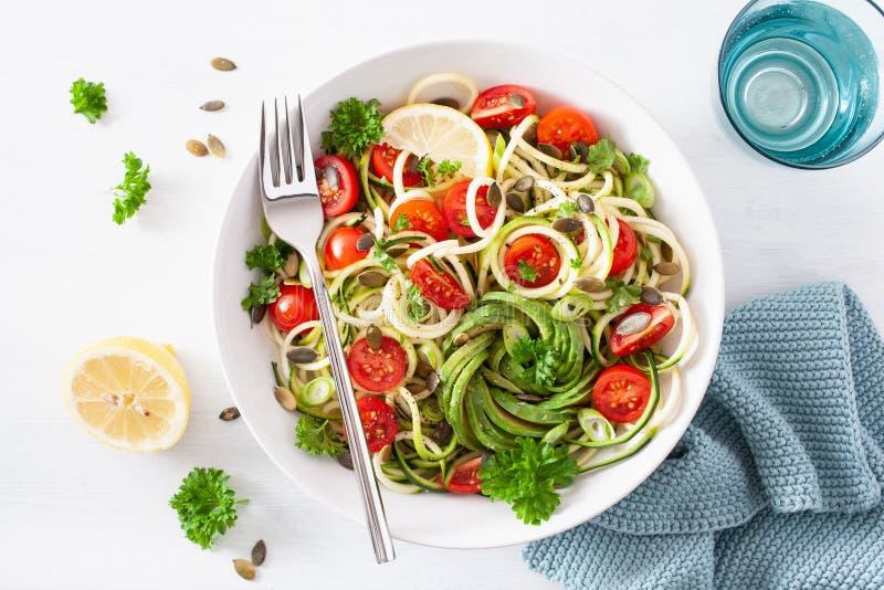 Ketogenic spiralized zucchinisallad för strikt vegetarian med frö för avokadotomatpumpa royaltyfri bild