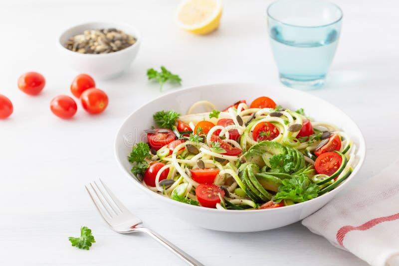 Ketogenic spiralized zucchinisallad f?r strikt vegetarian med fr? f?r avokadotomatpumpa royaltyfri fotografi