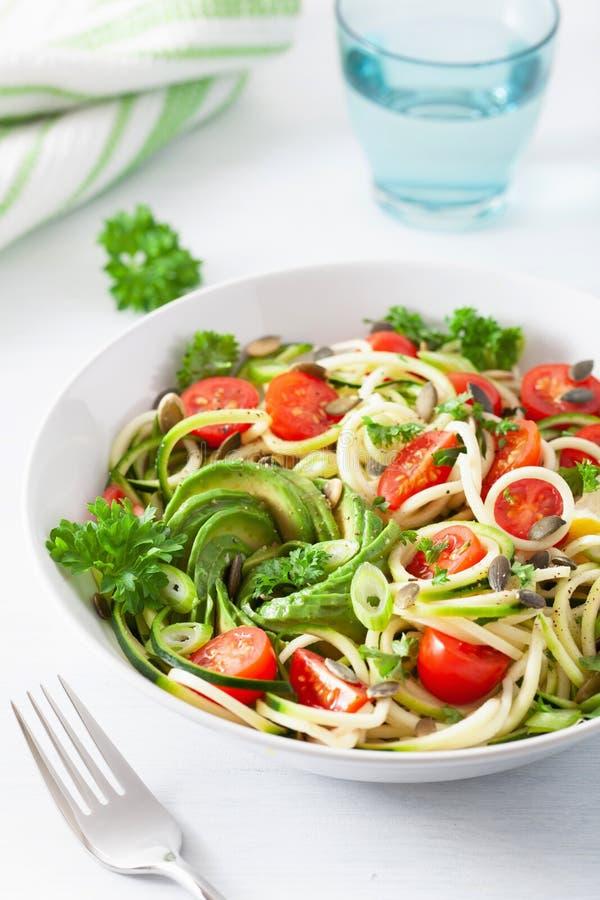 Ketogenic spiralized zucchinisallad f?r strikt vegetarian med fr? f?r avokadotomatpumpa royaltyfria bilder