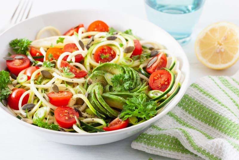 Ketogenic spiralized zucchinisallad f?r strikt vegetarian med fr? f?r avokadotomatpumpa arkivbild