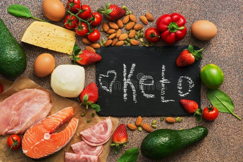 Keton-Diätlebensmittel Gesunde niedrige Vergaserprodukte Keton-Diätkonzept Gemüse, Fische, Fleisch, Nüsse, Samen, Erdbeeren, Käse stockbild