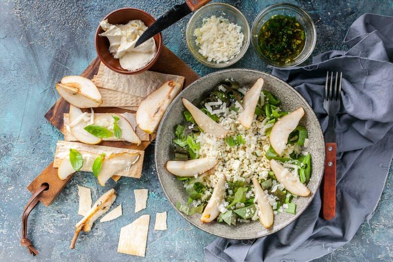 Keton-Di?t Salat mit Hüttenkäse, Romanoblättern, süßer Birne und Käse Sahnekäsegebäck mit Birnen-Scheiben Beschneidungspfad einge lizenzfreie stockfotos