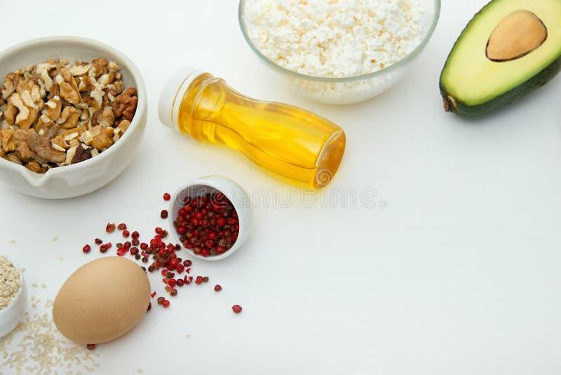 Ketonnähren ketogenic Nahrungsmittel auf weißem Hintergrund mit Kopienraum kohlenhydratarmes, hohes gutes Fett Konzeptdiät für Ge lizenzfreie stockfotos