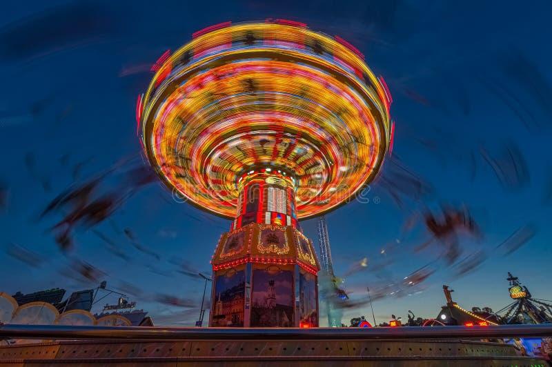 Ketten-carusel von Munichs Oktoberfest beim ber?hmten Theresienwiese stockfotos