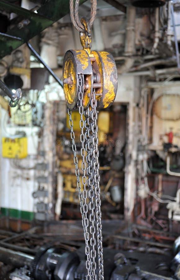 Ketten, die von einer Hebemaschine in der Werkstatt hängen lizenzfreies stockfoto