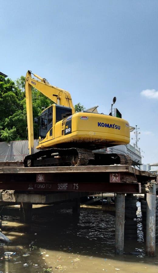 Kettenbagger auf Baustelle nahe Fluss lizenzfreies stockbild