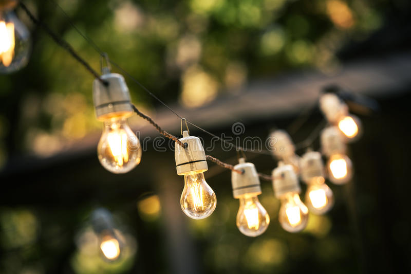 Kettenlichter im Freien, die an einer Linie hängen stockfotos