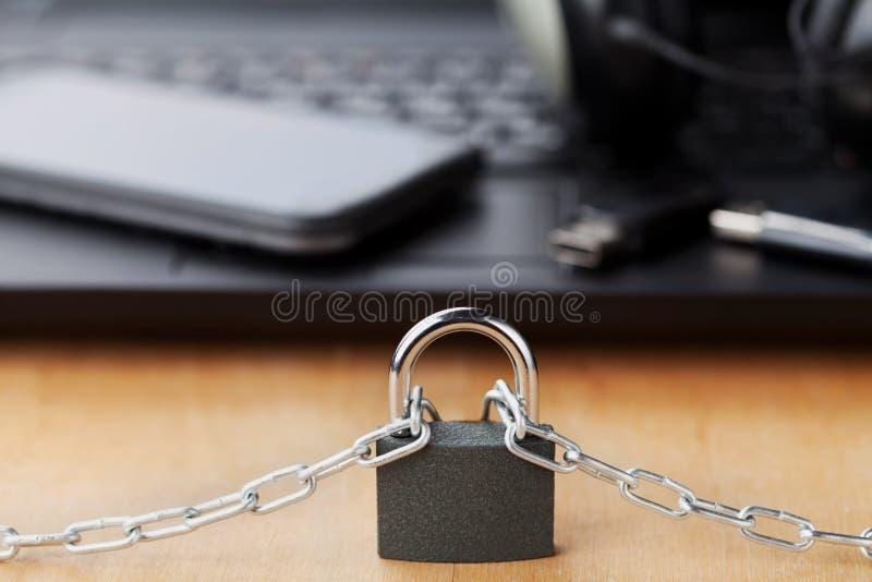 Ketting met slot voor laptop en smartphone, gadget en digitaal apparaten detox concept stock foto's