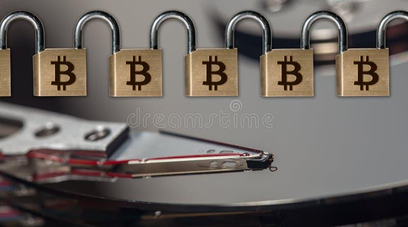 Ketting van messingshangsloten om blockchain boven computer harde aandrijving te illustreren royalty-vrije stock foto