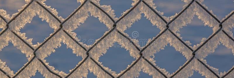 Ketting-verbinding omheining met sneeuw, de winterachtergrond royalty-vrije stock afbeeldingen