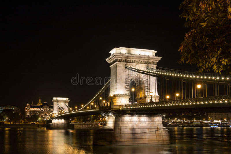 Kettingsbrug in Boedapest Hongarije bij nacht royalty-vrije stock foto's