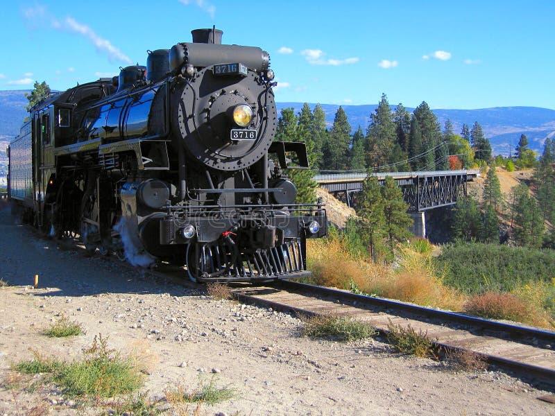 Kettle Valley Rail Steam Engine no Vale do Okanagan perto de Summerland, British Columbia, Canadá imagens de stock