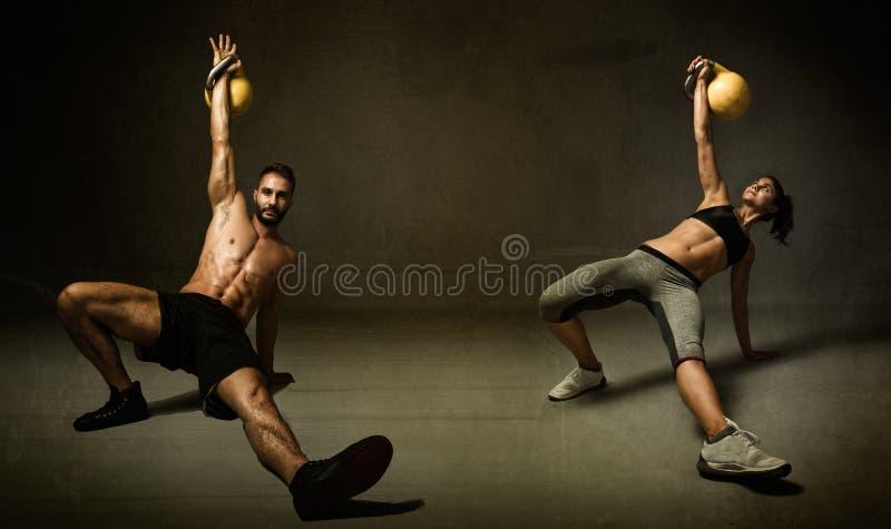 Kettleballoefening voor twee personen stock afbeelding