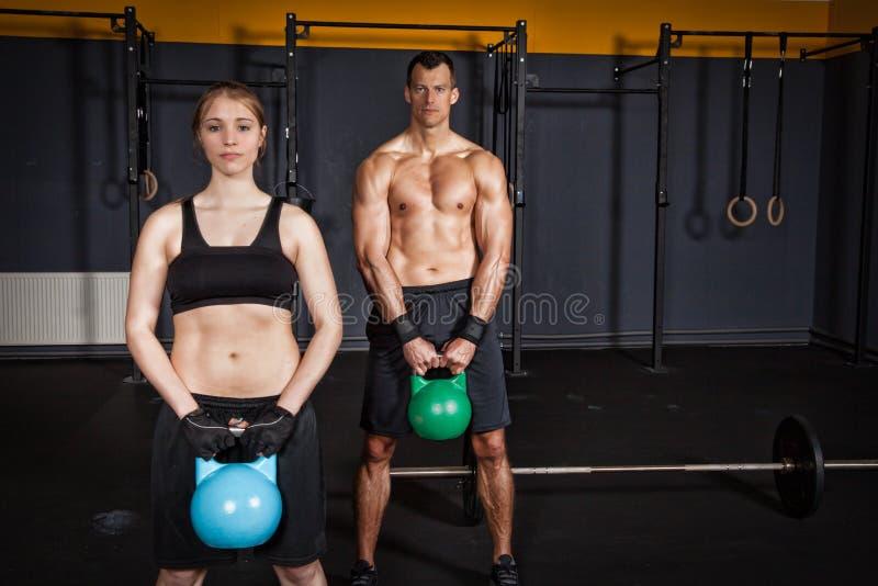 Kettlebell健身训练男人和妇女 免版税库存图片