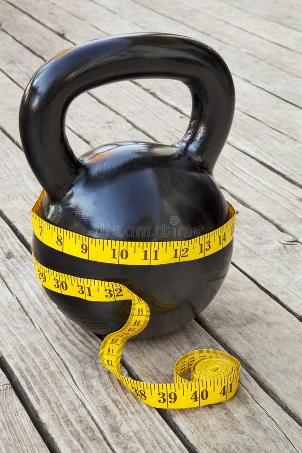 Kettlebell и измеряя лента стоковая фотография