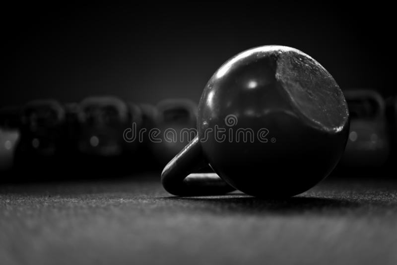 Kettlebell auf dem Boden in einer crossfit Turnhalle B/W lizenzfreie stockfotos