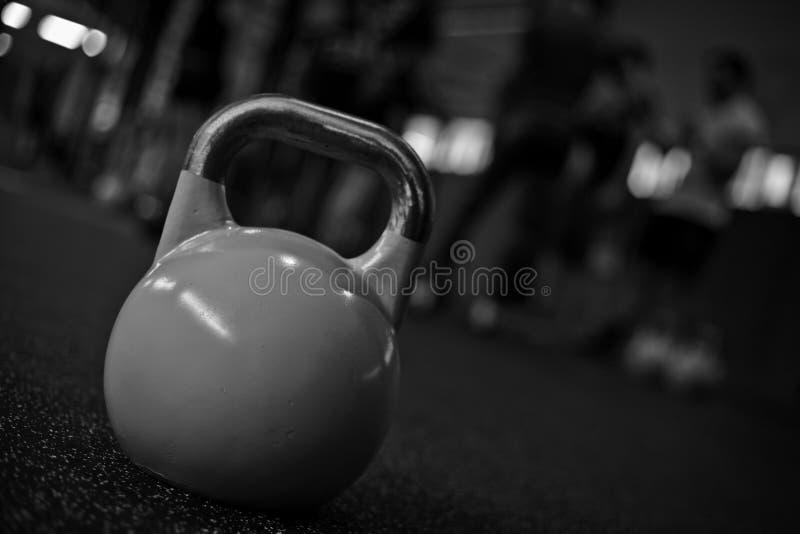 kettlebell dans un gymnase B/W de crossfit photographie stock