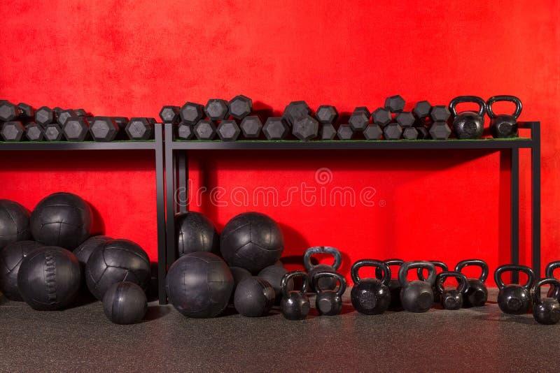 Kettlebell dumbbell i obciążać piłki przy gym obrazy stock