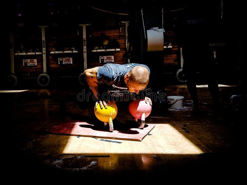 Kettlebell trenera spełniania dna UPS zdjęcie stock