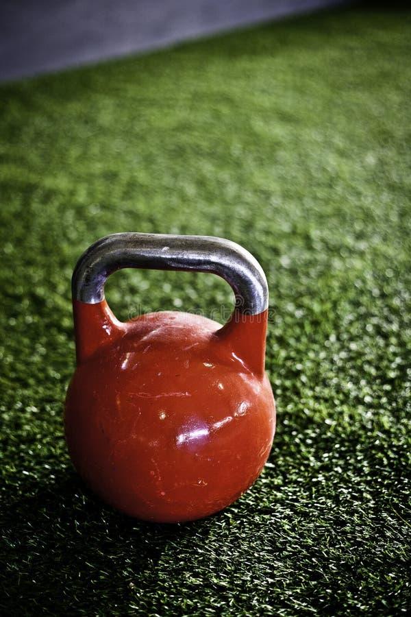 Kettlebell vermelho em um gym do crossfit imagem de stock