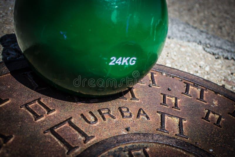 Kettlebell vert urbain photos libres de droits
