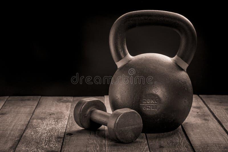 Kettlebell y pesa de gimnasia del hierro imágenes de archivo libres de regalías