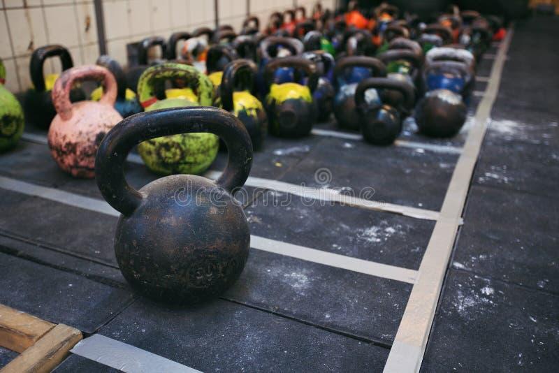 Kettlebellgewichten bij een geschiktheidsclub stock foto