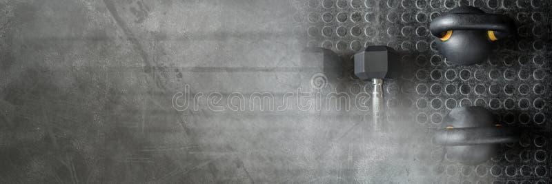 Kettlebells和哑铃在健身房与黑暗的转折 免版税库存照片