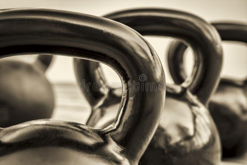 Kettlebells de forme physique - résumé noir et blanc photographie stock libre de droits