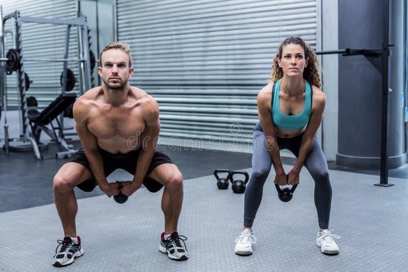 Download Kettlebells De Levage D'un Couple Musculaire Image stock - Image du : 56490695