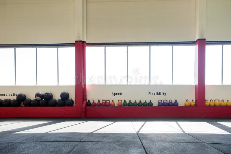 Kettlebells et medicine-balls sous Windows photos stock