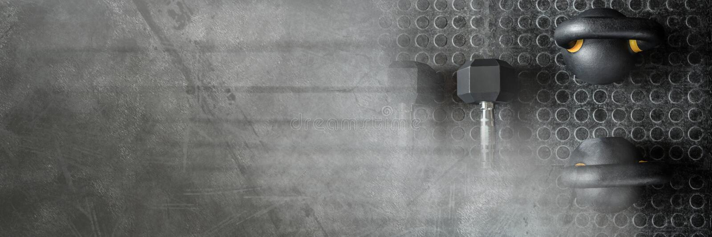 Kettlebells y pesas de gimnasia en gimnasio con la transición oscura foto de archivo libre de regalías