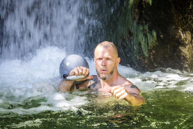 Kettlebelltrainer met Kettlebell in het Water royalty-vrije stock afbeelding
