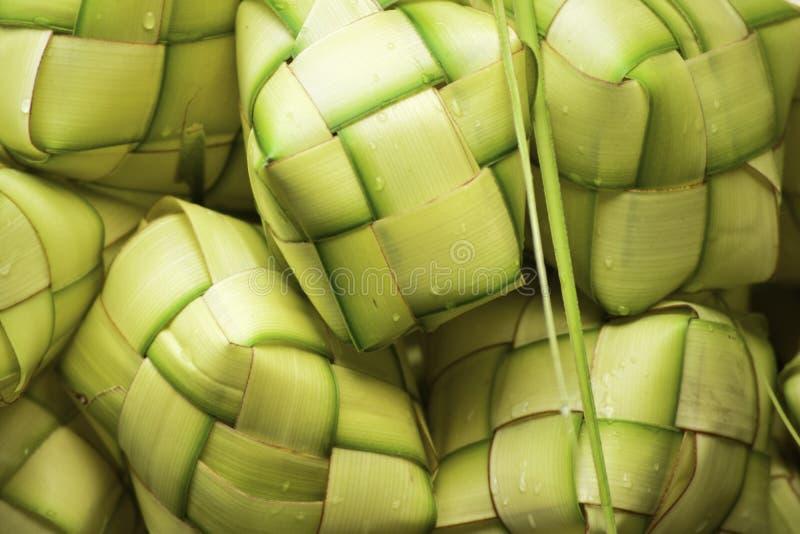 Ketupat亚洲米饺子 Ketupat是由烹调的米年轻椰子叶子做的一个自然米框在eid穆巴拉克E期间 库存图片