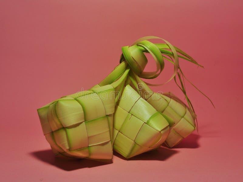 Ketupat在桃红色背景的米饺子 免版税库存图片