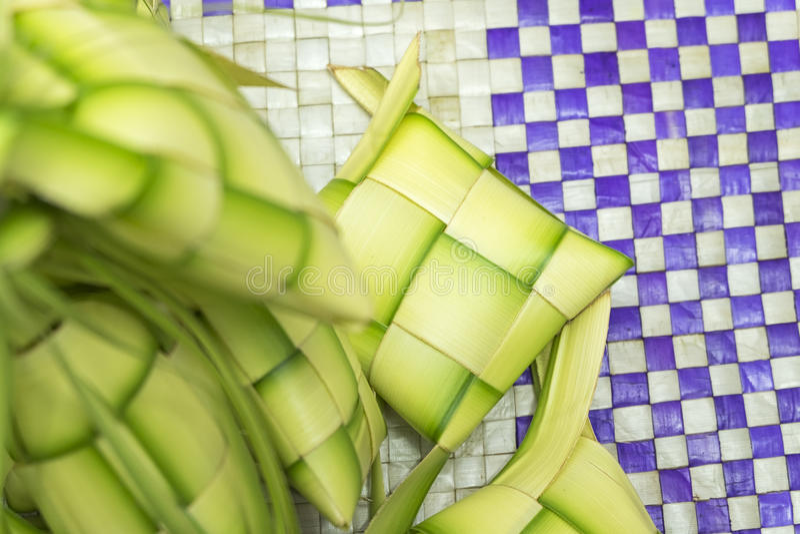Ketupat或饺子米 米是由年轻椰子叶子做的自然框的厨师 库存图片