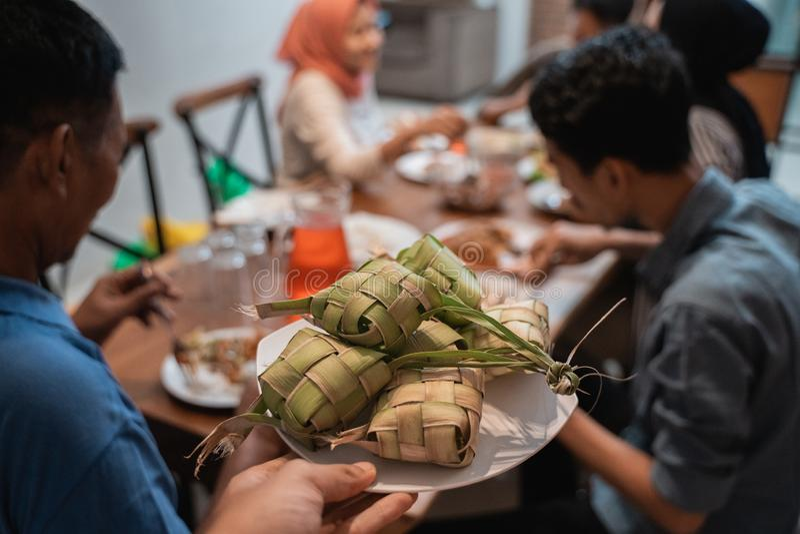 Ketupat с людьми есть на предпосылке стоковые изображения rf