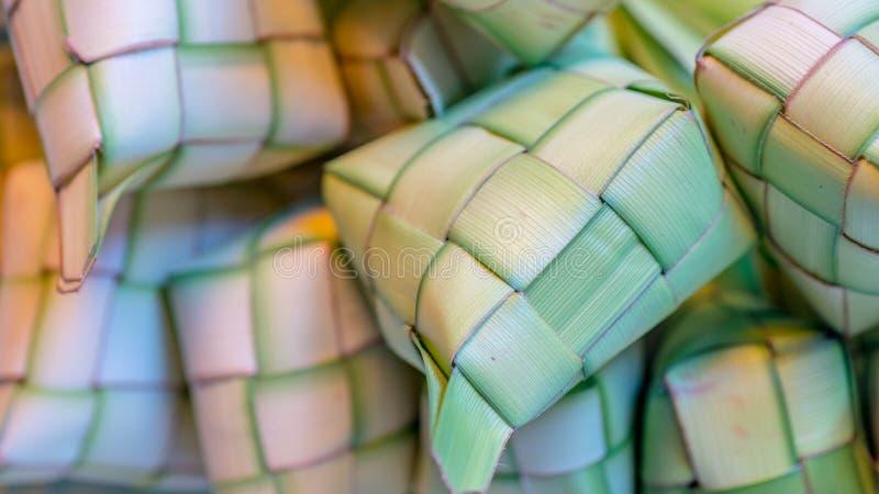 ` Ketupat ` :蒸的米包裹与被编织的年轻棕榈叶 从东南亚的传统食物 免版税库存照片