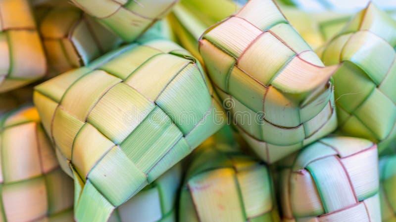 ` Ketupat ` :蒸的米包裹与被编织的年轻棕榈叶 从东南亚的传统食物 免版税库存图片