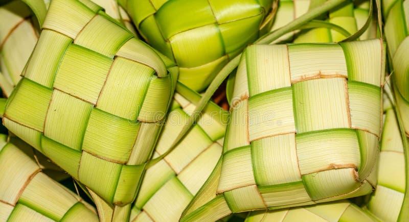 ` Ketupat ` :蒸的米包裹与被编织的年轻棕榈叶 从东南亚的传统食物 免版税图库摄影