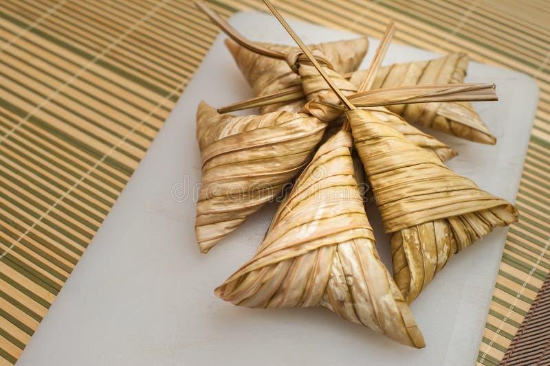 Ketupat delicioso Daun Palas pronto para comer em Eid Festival imagens de stock
