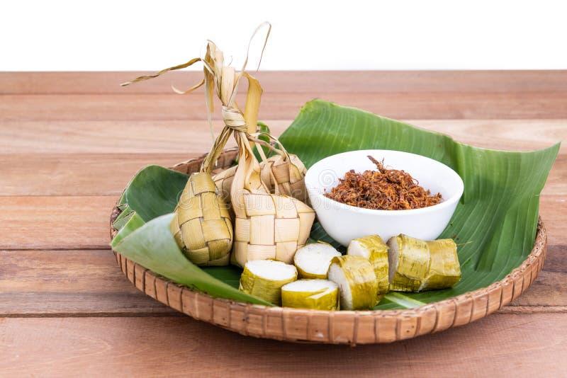 Ketupat, lemang, gedient mit dem Serunding, popul?re malaysische Zartheit w?hrend Hari Raya-Feier lizenzfreie stockfotos