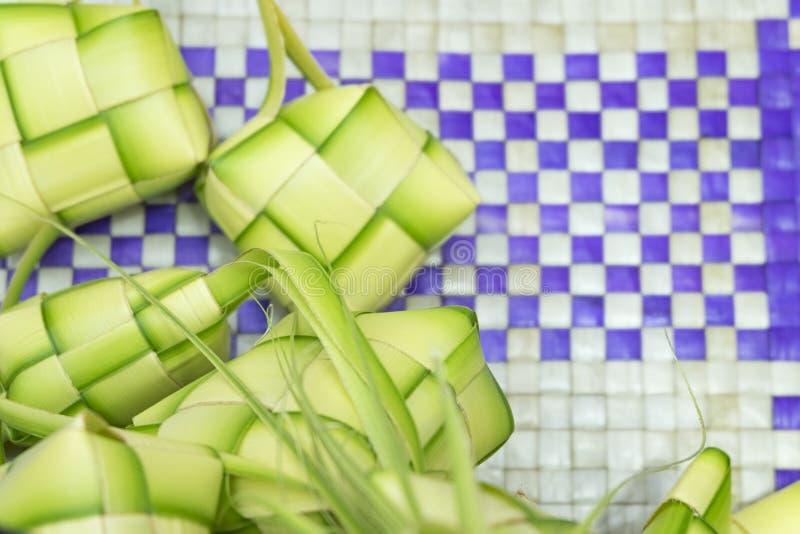 Ketupat o riso dello gnocco Un riso è cuoco in intelaiatura naturale fatta dalle giovani foglie della noce di cocco immagine stock libera da diritti