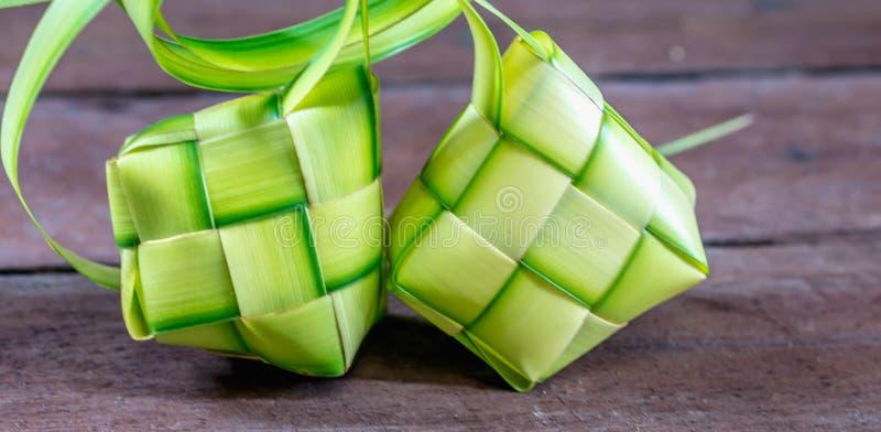 ` Ketupat `: odparowani ryż zawijający z tkanym młodym palmowym liściem tradycyjny jedzenie od Azja Południowo-Wschodnia obraz stock