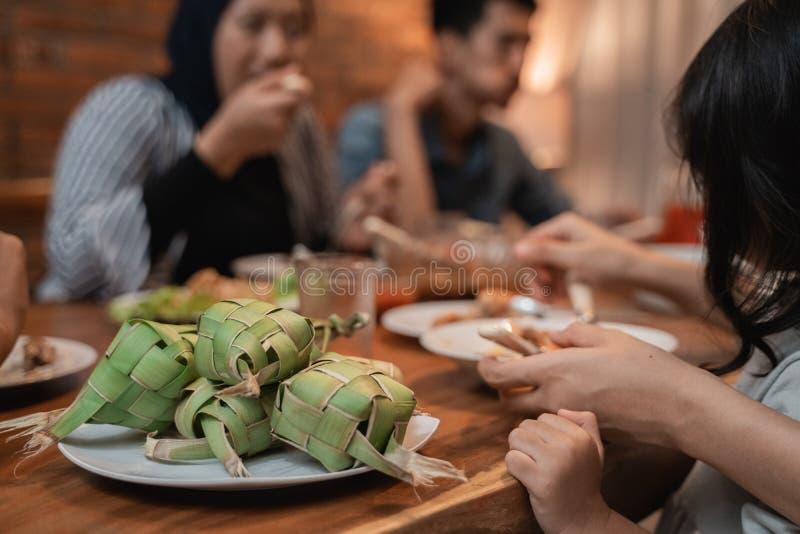 Ketupat sur la table de salle à manger images libres de droits