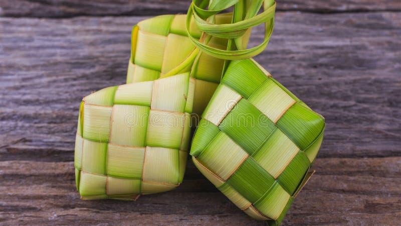 Ketupat, un'intelaiatura naturale del riso fatta dalla giovane noce di cocco va per la cottura del riso fotografia stock libera da diritti