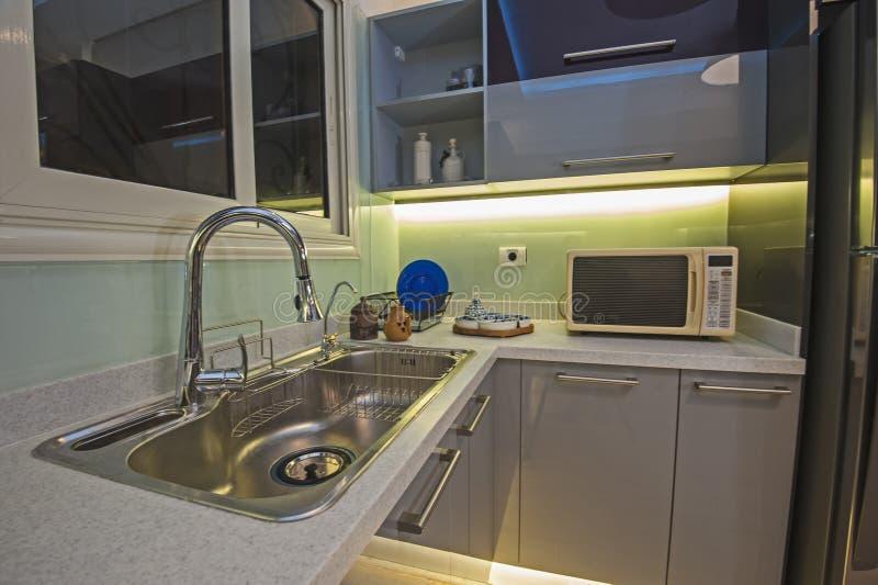 Keuken binnenlands ontwerp van het metaalgootsteen van de luxeflat royalty-vrije stock afbeelding